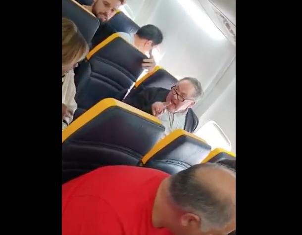 Frau wird bei Ryanair-Flug aufs heftigste rassistisch beleidigt - die Reaktion der Crew macht fassungslos